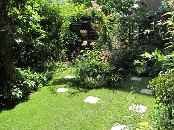 芝刈り後の庭