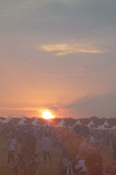 称えるような夕日。