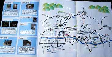 折りたたみ式となっており、広げれば詳しい地図と説明が