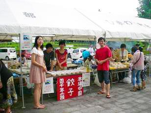 暑い中、中国の留学生も大活躍