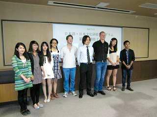 山本先生を囲んで修了の記念写真