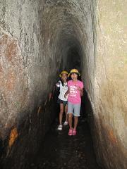 トンネルの中は、ワイワイガヤガヤと楽しい探検に