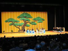 アトラクションの能形式「安宅」の子供たちの演技に拍手