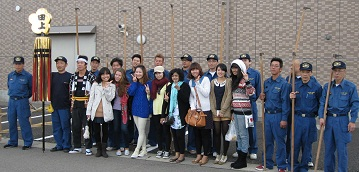 留学生も消防団の皆さんと一緒に記念写真