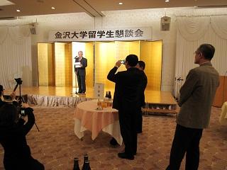 中村学長の英語のスピーチで開会