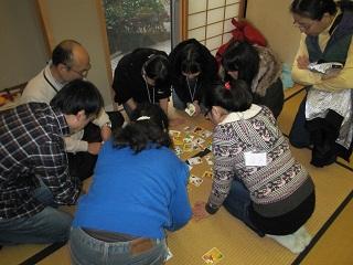 日本語のカルタの読み手は子供たちです。