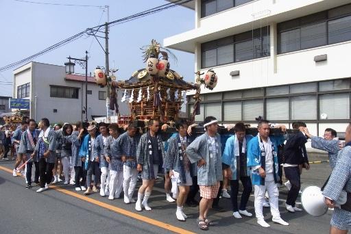 町内を練り歩く神輿