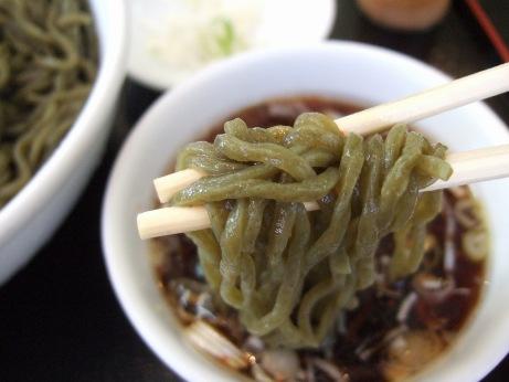 モロヘイヤが練り込まれた太めなちぢれ麺