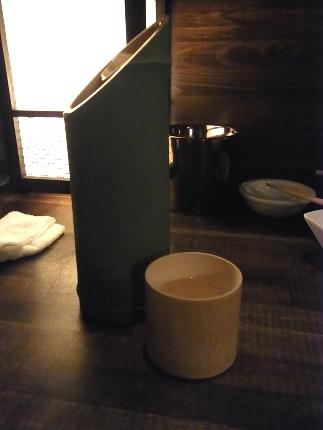 竹風の筒に入った日本酒