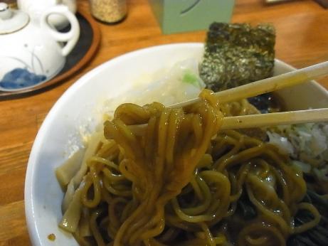 茶色い中太ちぢれ麺