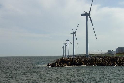 確かに、洋上に建つ風力発電設備
