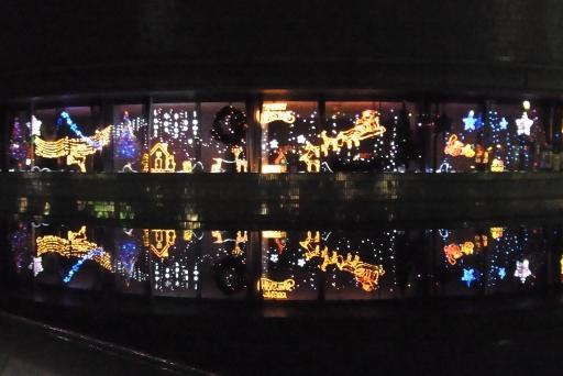 廊下ガラス窓に輝くイルミネーション