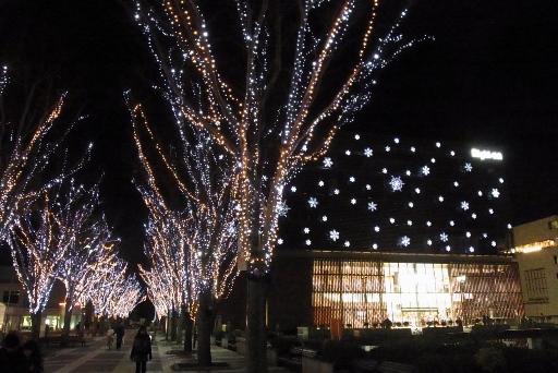 ライトオン本社ビルの雪の結晶とイルミ