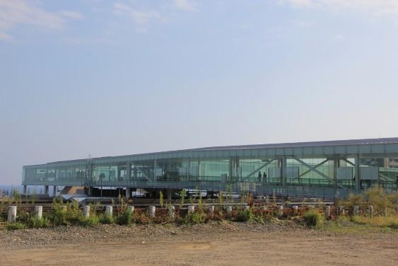 ガラス張りの駅