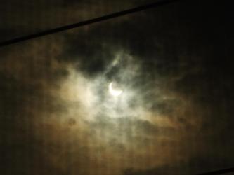 金環日食~2012年5月21日am07:24:26~雲のかかった右斜め上からまだまだ日食中!