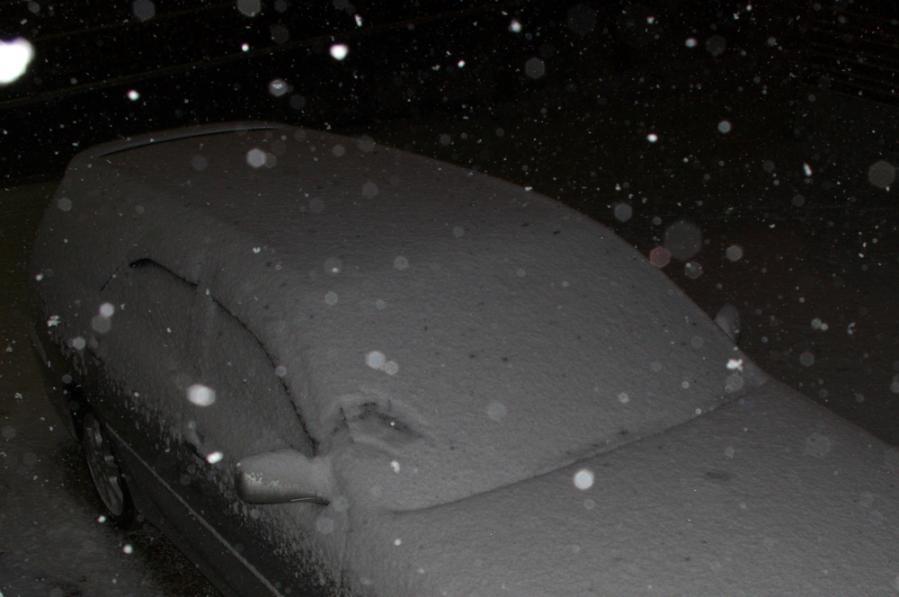 雪に埋もれた車b