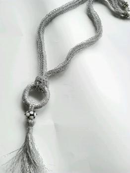 タッセル付ラメ糸のネックレス