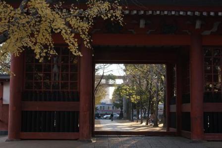 朱塗り門から京成電車