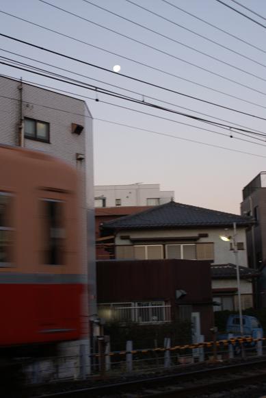 京成と朝の月