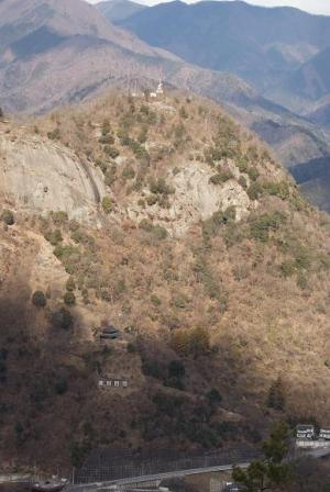 正面に岩殿山