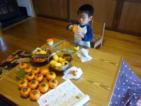 柿の皮むき作業中
