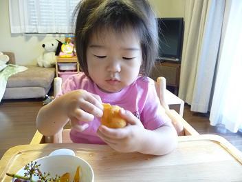 2010 06 18 ビワを食べる tibi01