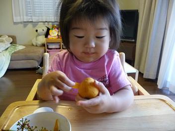 2010 06 18 ビワを食べる tibi02