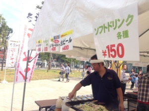 田辺店舗統括、焼きラーメン販売中@2014 中野にぎわいフェスタ中野四季の森公園会場