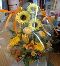 向日葵とガーベラの元気な花かご