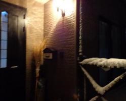 雪かき終わり~。竹ぼうきさん、お疲れ様!もう真っ暗ですねぇ・・。