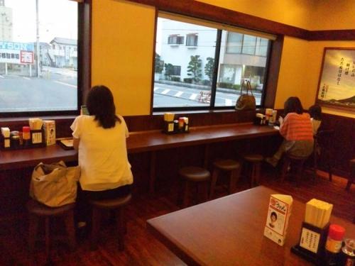 丸亀製麺でうどん食べながらスマホをいじってる女性たちを写メりました写真画像です