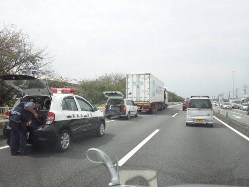 9月中旬に墓参りに行く途中に国道1号線で撮った交通事故現場写真で大型トラック2台が衝突して後方からバンが衝突していた車両3台の玉突き事故でトラック1台は運ばれていた様子2