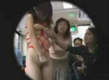 バスに全裸緊縛姿で一人で取り残されて思わず失禁! - エロ動画 アダルト動画