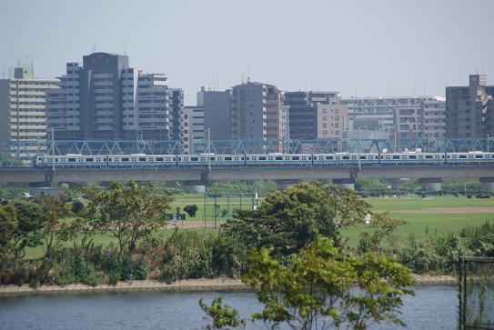 遠くに京浜東北線