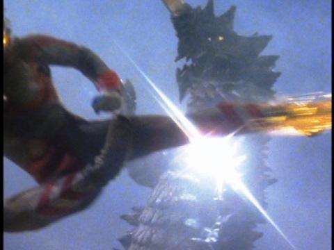 ウルトラマン80のムーンサルトキックがギマイラに命中