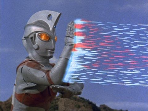メタリウム光線を放つウルトラマンエース