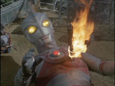 胸に炎の剣が突き刺さり、敗北するウルトラマンエース