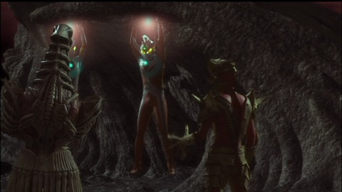 暗黒四天王にとらわれたウルトラマンエースとウルトラマンタロウ