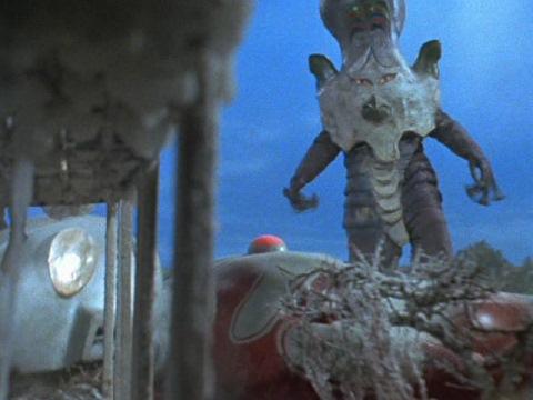 冷凍ガスでウルトラマンジャックを苦しめるバルダック星人