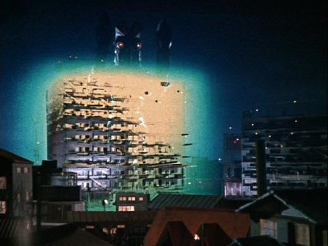 建築中のビルにバルタン星人Jr.の姿が