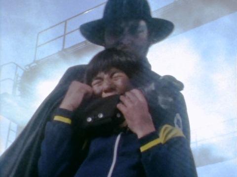 トオルに腕を噛み付かれるブラック指令
