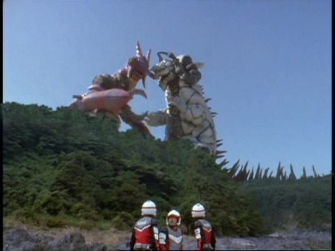 戦いをはじめたクローンシルバゴンとクローンシルドロン