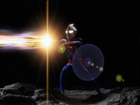 渾身の力を振り絞ってコズミューム光線を発射するウルトラマンコスモス(エクリプスモード)