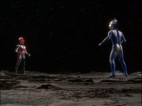 月面で話し合うウルトラマンコスモスとカオスウルトラマンカラミティ
