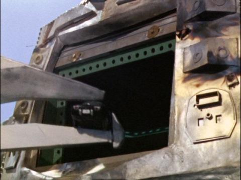 胸のシャッターが開き、車を取り込むクレージーゴン