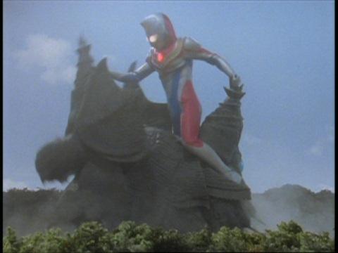 ゾンバイユに馬乗りになるウルトラマンダイナ