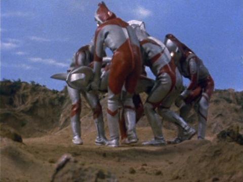 ウルトラの父の亡骸を運ぶウルトラ5兄弟