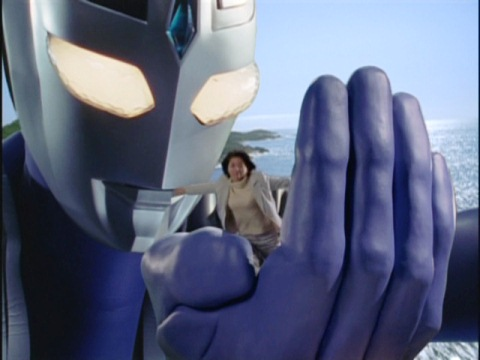 吉井玲子を手のひらに乗せ、空を飛ぶウルトラマンアグル