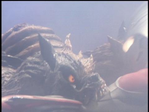 ウルトラマンネクサスの左腕に噛み付くガルベロス