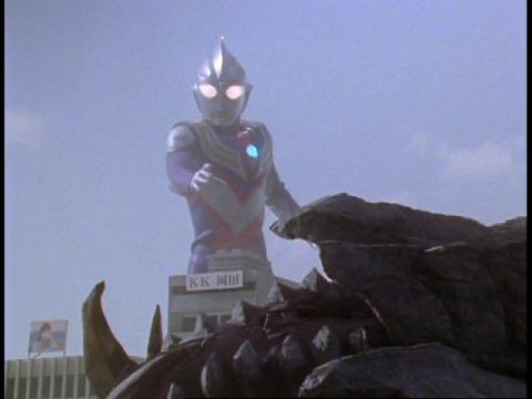 イーヴィルティガに倒されたガーディーを見つめ、怒りに燃えるウルトラマンティガ